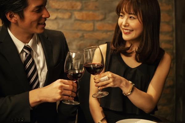 乾杯するカップルの写真