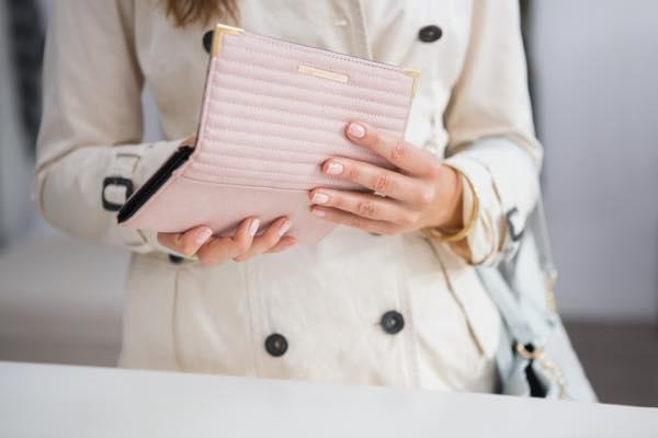 財布を出す女性の写真