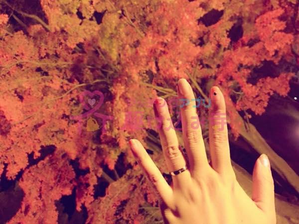 紅葉と指輪と手の写真