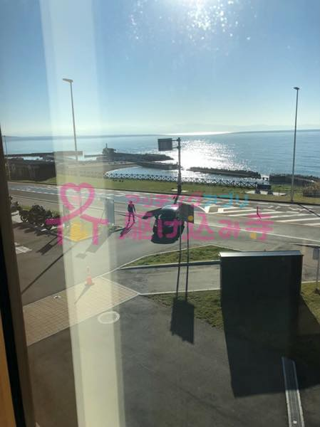 海と車と人が写っている写真