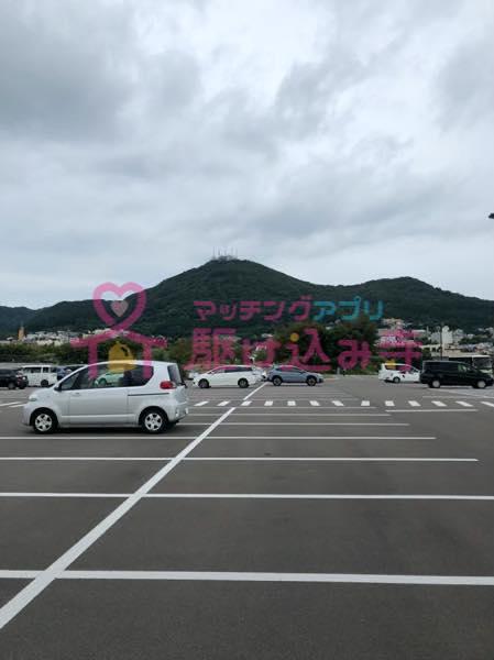 車と山が写っている写真