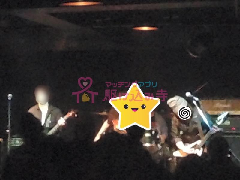 ライブハウスでライブをしているグループの写真