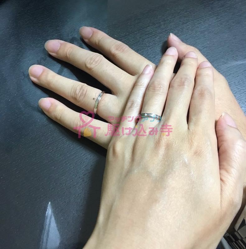 結婚指輪をはめて重ねた男女の手の写真