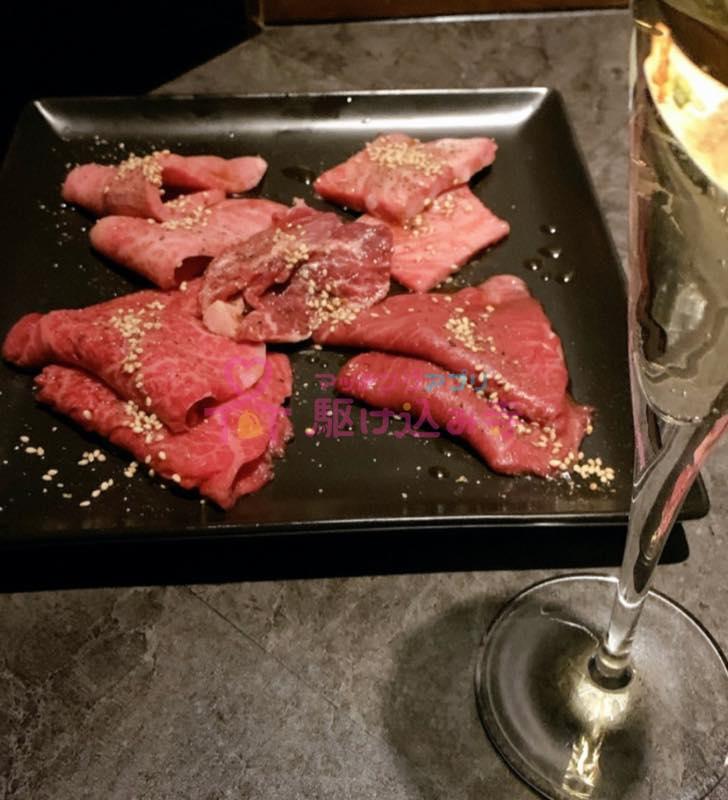 お皿に盛り付けられた焼き肉の写真