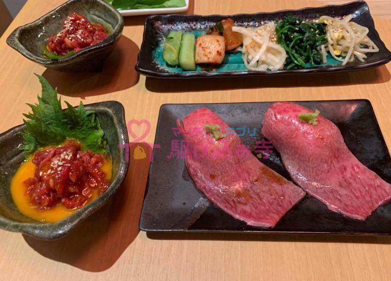肉を使った料理が並んでいる写真