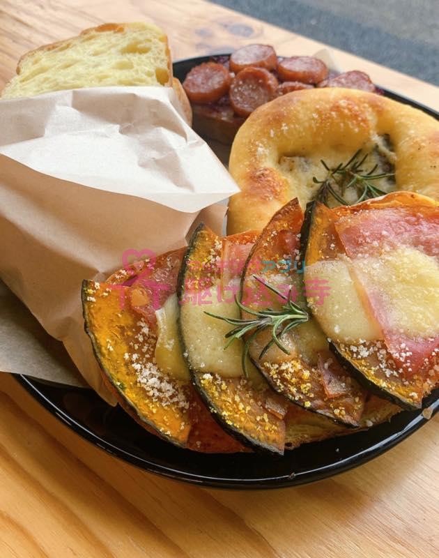 お皿にもられたいろいろなパンの写真