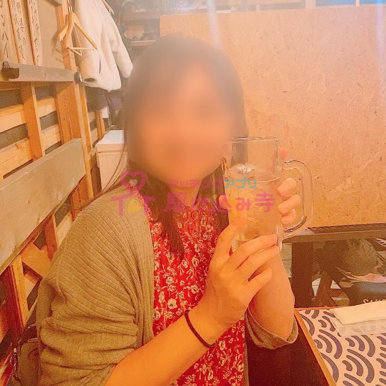 お酒がはいったジョッキを持つ女性の写真