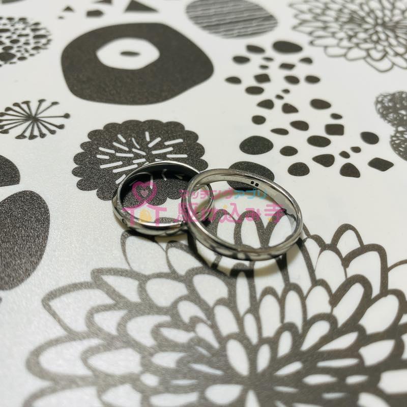 結婚指輪を重ねた写真