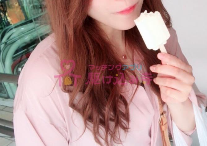 アイスキャンディを食べる女性の写真