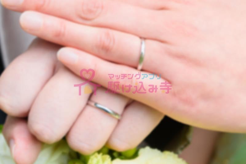 男女の結婚指輪の写真