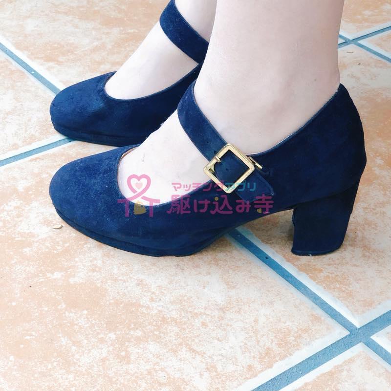 ヒール付きの靴を履いた女性の足の写真