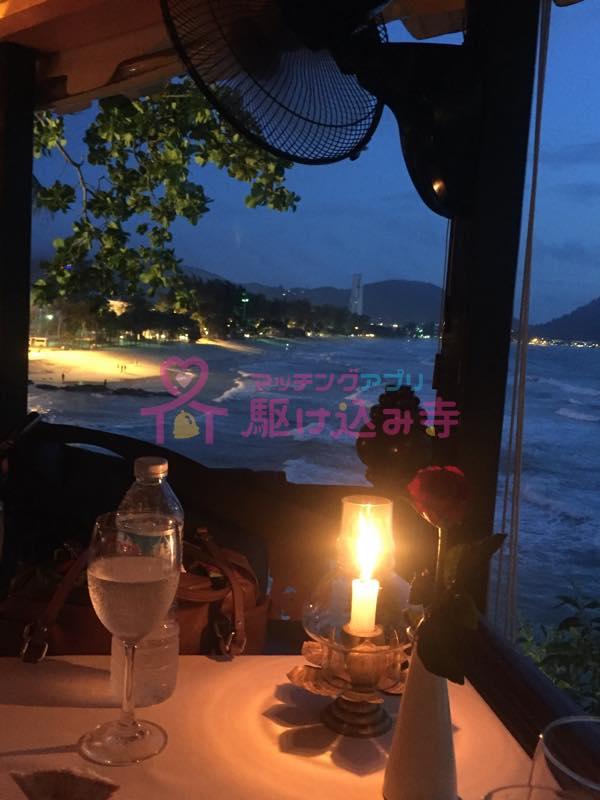 タイのビーチ沿いのレストランの写真