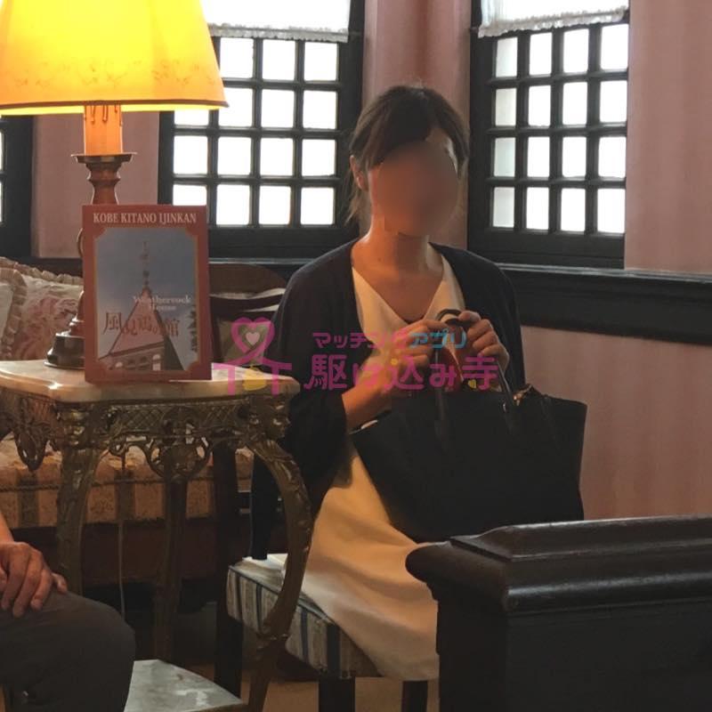 ホテルのラウンジの椅子に座る女性の写真