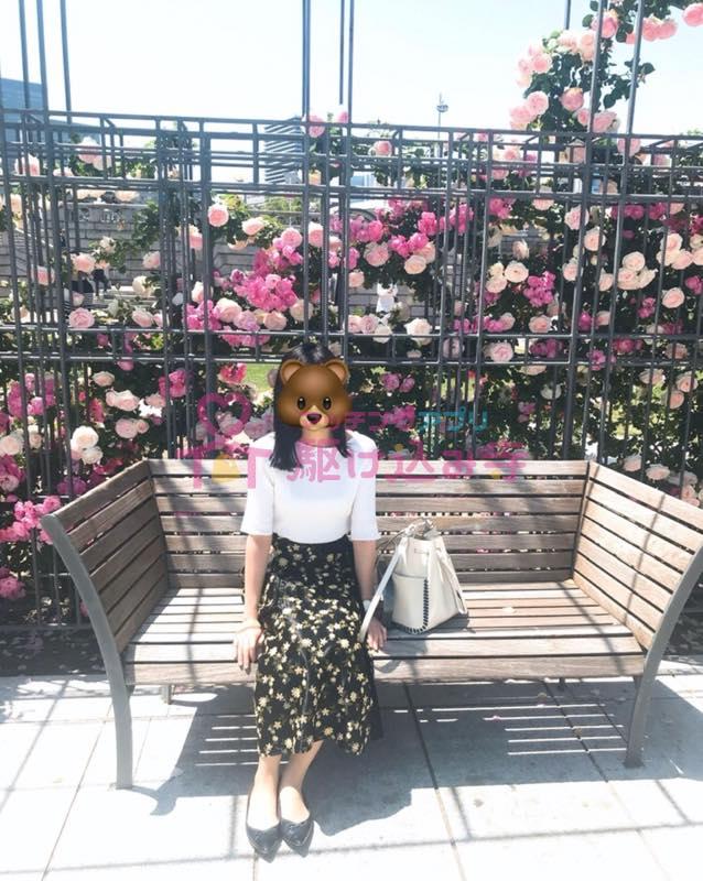 花とベンチと女性の写真