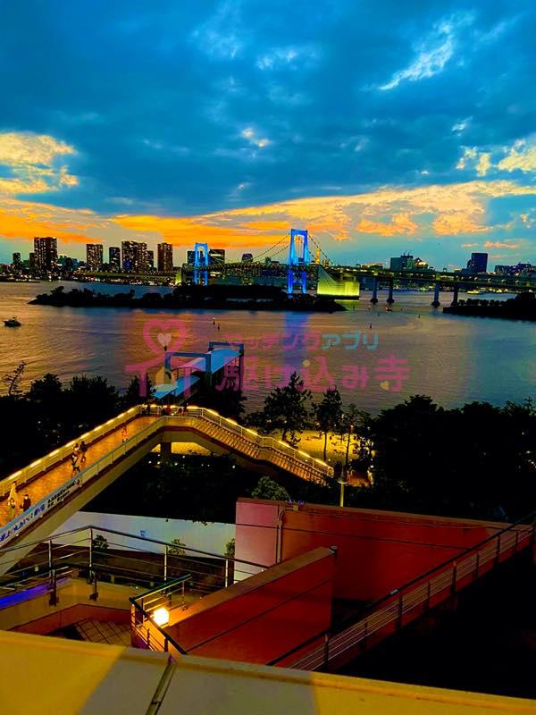 夕方のお台場のレインボーブリッジの写真