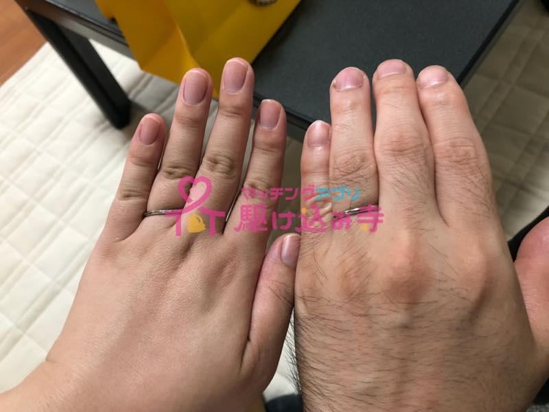 手を並べて結婚指輪を撮影した写真