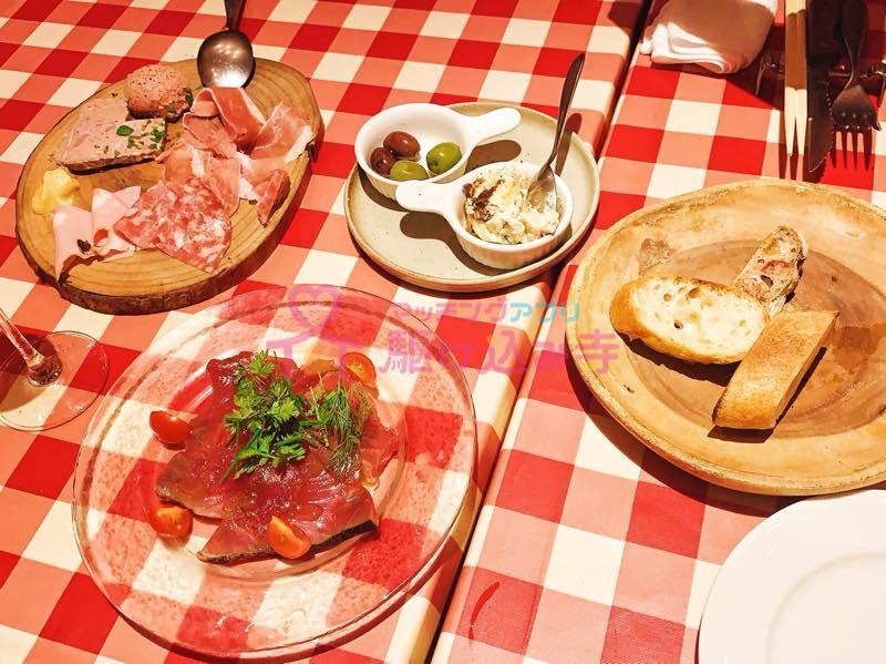 イタリアンレストランのテーブルの写真