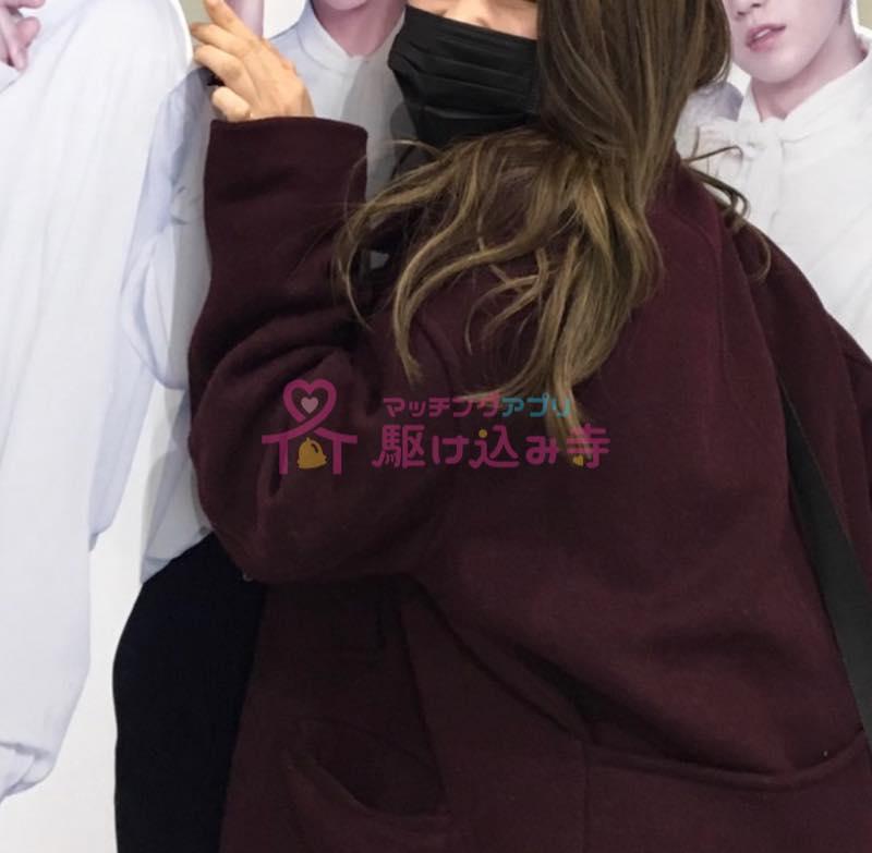 韓流スターのパネルの前に立つ女性の写真