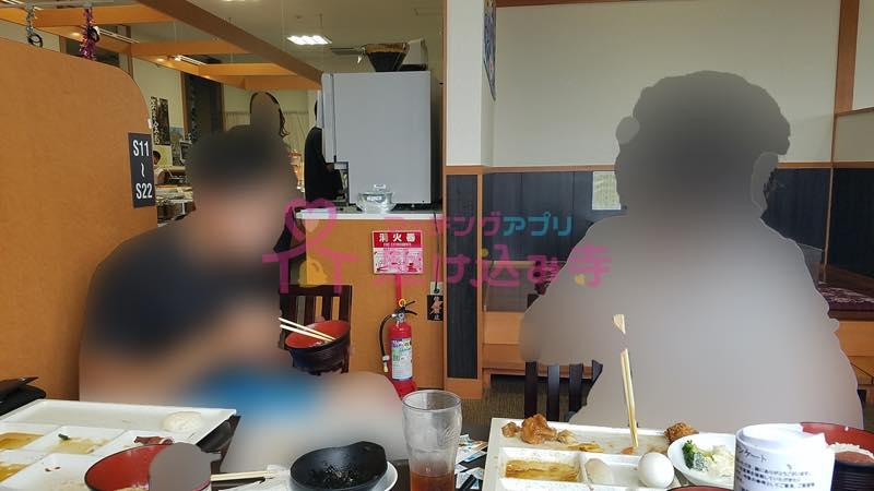 ランチを食べる男性二人の写真