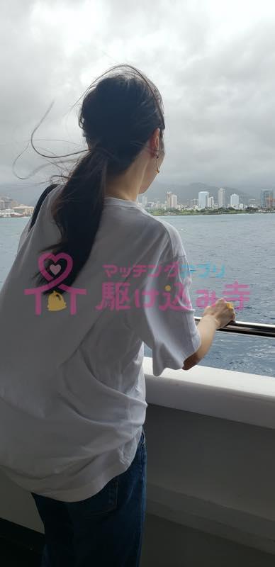海を眺める女性の写真