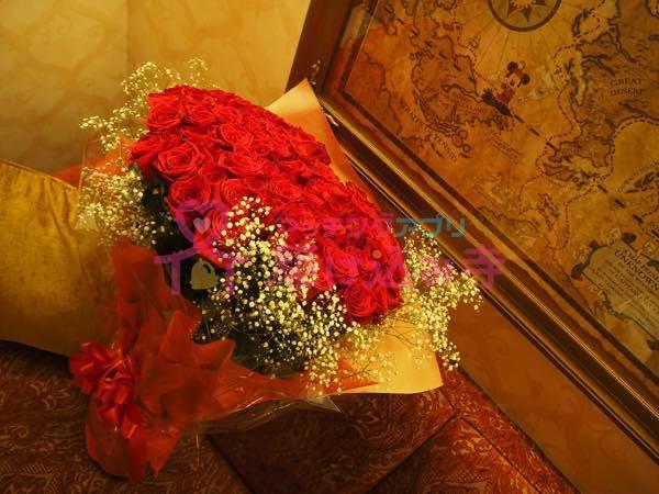 ディズニーホテルに置かれたバラの花束の写真