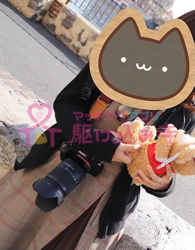 ダッフィーとカメラを持った女性の写真