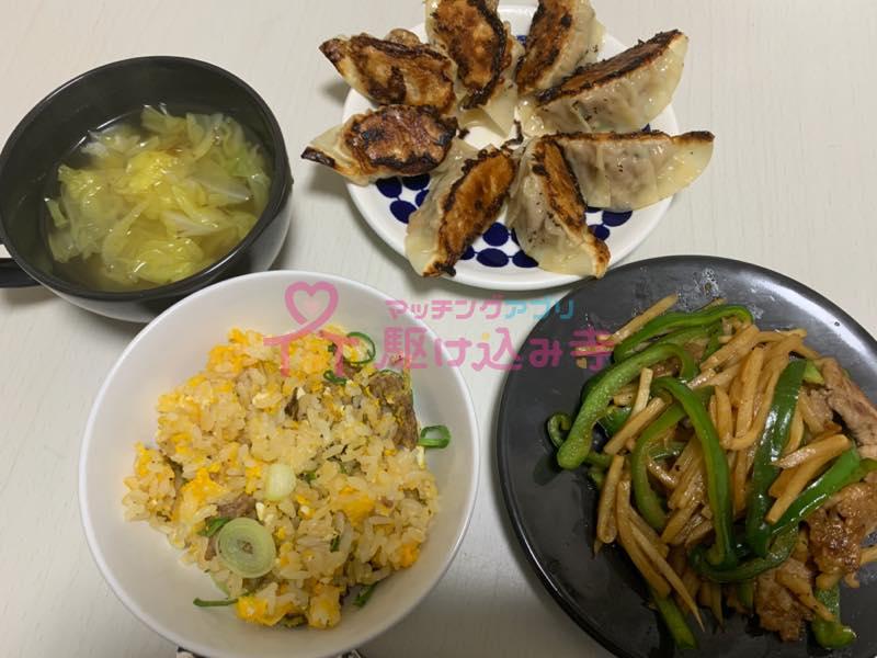 餃子、青椒肉絲、チャーハン、スープなどの手作り料理の写真