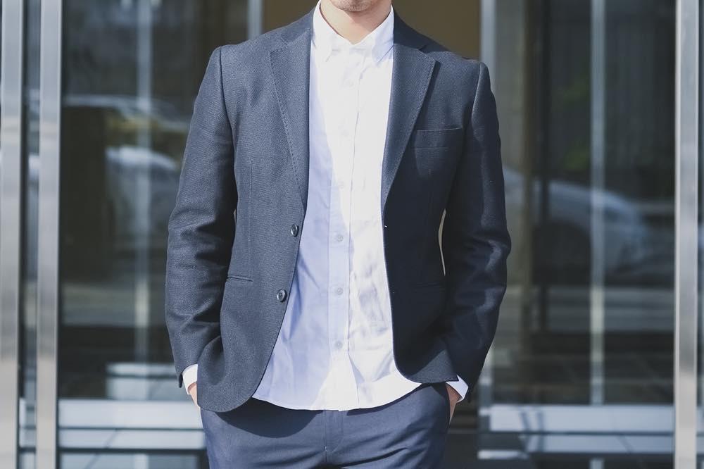 スーツ、シャツを着た男性の写真