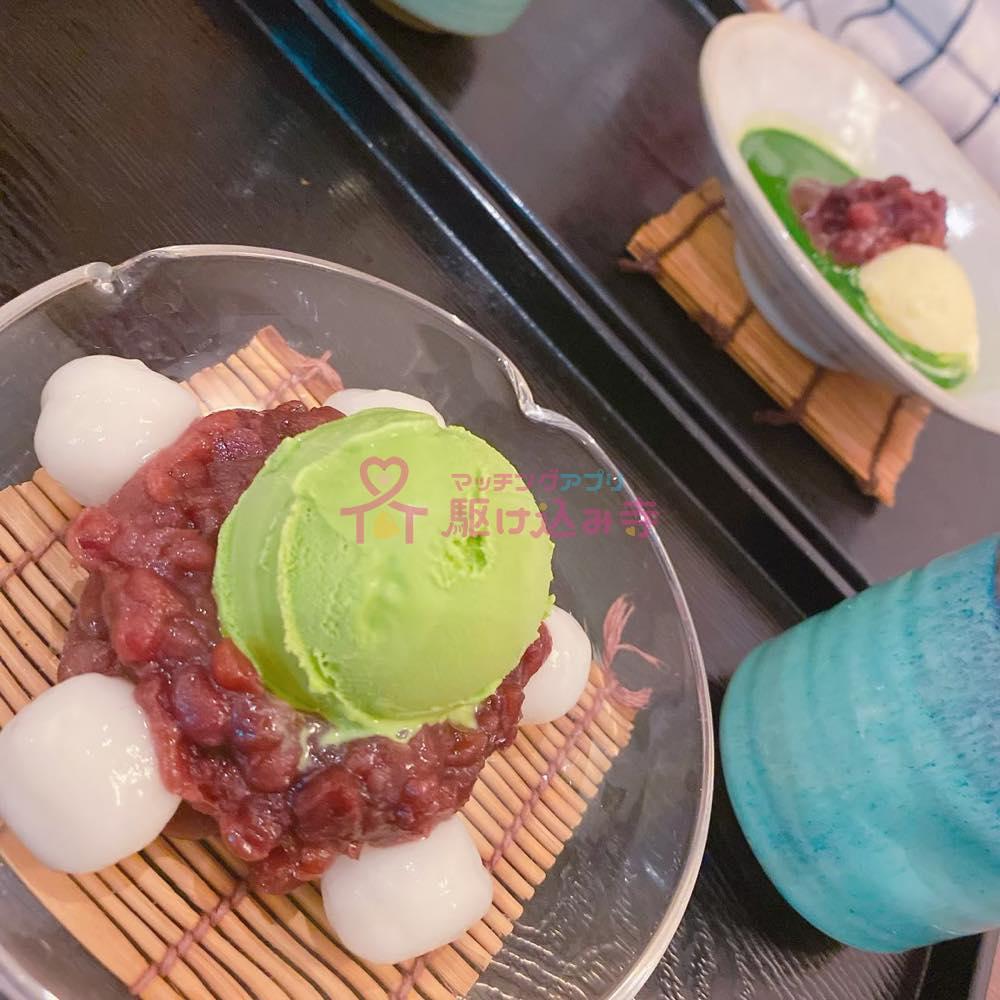白玉とあんこと抹茶のアイスがのったデザートの写真